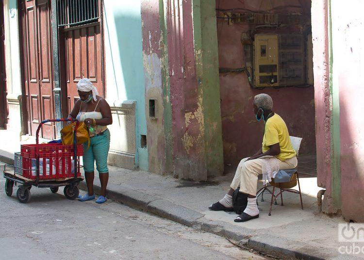 Una persona de la tercera edad esperando al mensajero con sus compras, durante el rebrote de la Covid-19 en La Habana. Foto: Otmaro Rodríguez.
