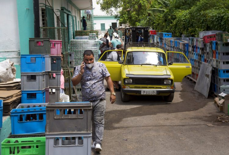 Los clientes ingresan a través de la parte posterior del mercado mayorista Mercabal para cargar su mercancía en La Habana, Cuba, el jueves 30 de julio de 2020. Foto: AP/Ismael Francisco.