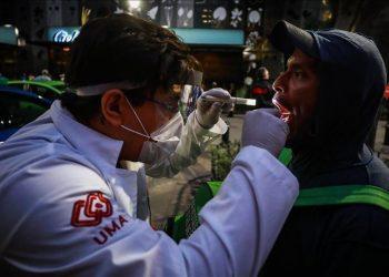 Un médico voluntario verifica a una persona cerca de la Avenida Reforma en la Ciudad de México el 25 de mayo de 2020. Foto: Manuel Velásquez / Agencia Anadolu.