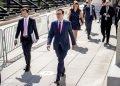 El secretario del Tesoro de Estados Unidos, Steven Mnuchin (centro), y el jefe de despacho de la Casa Blanca, Mark Meadows (segundo por la derecha), tras una reunión con la presidenta de la Cámara de Representantes, Nancy Pelosi, y el líder de la minoría en el Senado, Chuck Schumer, durante las negociaciones de un paquete de ayudas por el coronavirus, en el Capitolio, Washington, el 7 de agosto de 2020. Foto: Andrew Harnik/AP.