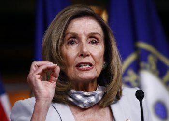 La presidenta de la Cámara de Representantes, la demócrata Nancy Pelosi, hace declaraciones a al prensa en el Capitolio en Washington, el jueves 13 de agosto de 2020. Foto: AP/Patrick Semansky.
