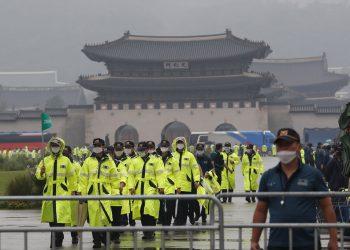 Policías cerca del Palacio Gyeongbok en Seúl el 15 de agosto del 2020. Foto: AP /Ahn Young-joon.