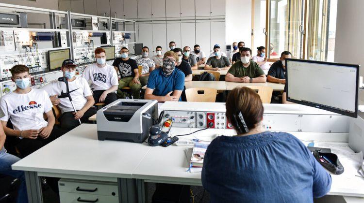 Estudiantes de la escuela vocacional Robert-Koch durante una clase de ciencias de la computación en Dortmund, Alemania. Foto: AP/Martin Meissner/ Archivo.