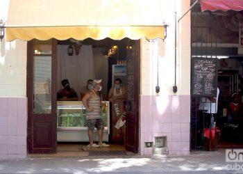 Restaurante privados ofertan ventas de comida para llevar. Foto: Otmaro Rodríguez.