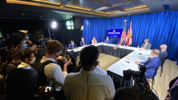 Reunión en Tampa el viernes 31 de julio de Trump con el gobernador DeSantis, donde se encontraba el periodista contagiado con el coronavirus. Foto: Luis Santana / AP.