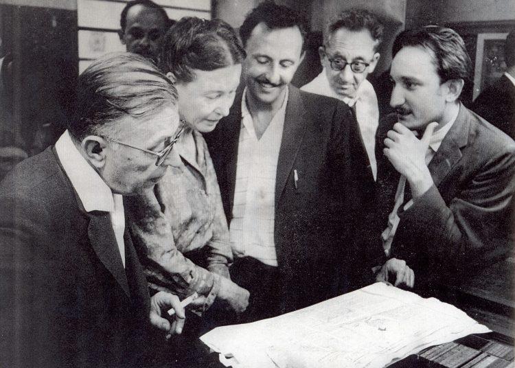 Jean-Paul Sartre y Simone de Beauvoir durante su visita a Cuba, en marzo de 1960. José Álvarez Baragaño (primero de derecha a izquierda) y Carlos Franqui, dos de sus anfitriones en Revolución.