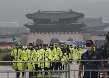 Policías cerca del Palacio Gyeongbok en Seúl el 15 de agosto de 2020. Foto: Ahn Young-joon/AP.