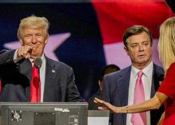 Donald Trump y Paul Manafort, quien habla con Ivanka Trump, durante la Convención Nacional Republicana, en Cleveland, en 2016.Foto: MARK REINSTEIN/GETTY, vía El País.