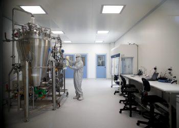 Un técnico de laboratorio trabaja en la compañía biofarmacéutica mAbxience en Garin, Argentina, el viernes 14 de agosto de 2020. Foto: Natacha Pisarenko/AP.