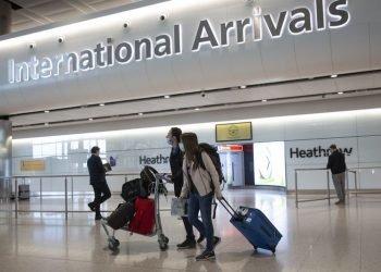 Viajeros en el aeropuerto de Londres, Reino Unido, durante la pandemia de coronavirus. Foto: El País/Archivo.