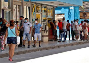 Personas con mascarillas en La Habana, durante la pandemia de coronavirus. Foto: Ernesto Mastrascusa / EFE.