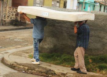 Personas de Baracoa, Guantánamo, trasladan un colchón ante el efecto inminente de la tormenta tropical Laura. Foto: Miguel Ángel Sánchez Pineda, vía: facebook.com/RadioBaracoaCuba