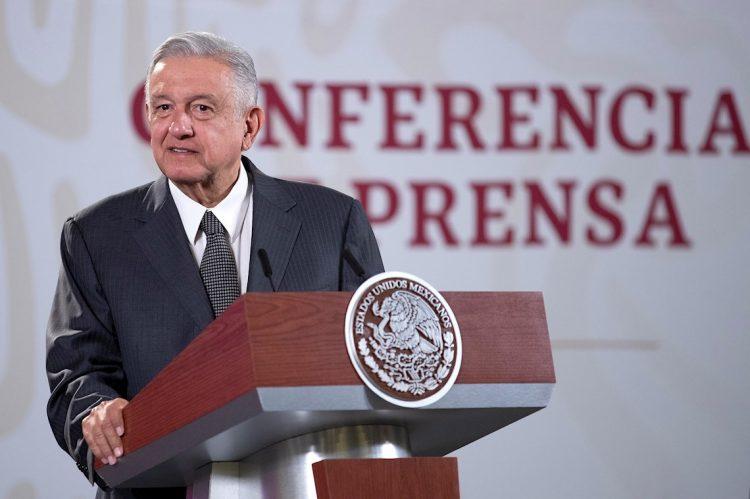 Fotografía cedida por la presidencia de México, que muestra al presidente de México, Andrés Manuel López Obrador, mientras ofrece una rueda de prensa matutina el miércoles 12 de agosto de 2020, en el Palacio Nacional de Ciudad de México. Foto: EFE.