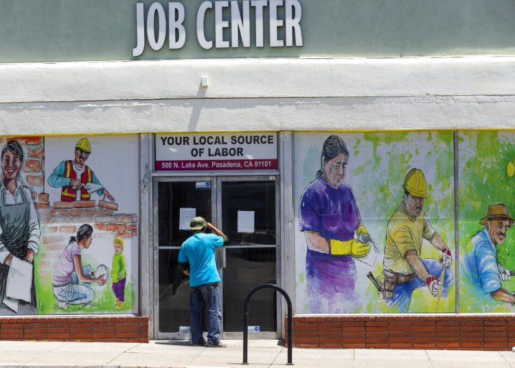 Foto tomada el 7 de mayo del 2020 de un centro de búsqueda de empleos en Pasadena, California. Foto: Damian Dovarganes/AP.