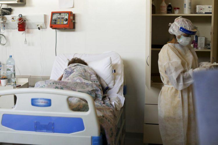 Un paciente con COVID-19, tendido en una cama en el hospital Eurnekian Ezeiza en Buenos Aires, Argentina, durante la pandemia de coronavirus en 2020. Foto: Natacha Pisarenko / AP / Archivo.
