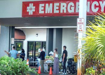 Un grupo de personas con tapabocas esperan entrar al hospital de Hialeah, Florida, el 9 de julio de 2020. Foto: CRISTOBAL HERRERA-ULASHKEVICH/ EFE/EPA.