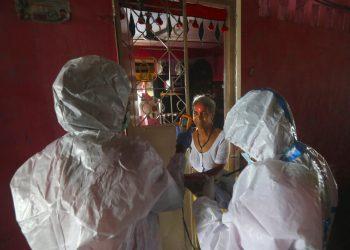 Personal sanitario realiza pruebas de síntomas de COVID-19 en un edificio de apartamentos en Dharavi, uno de los barrios pobres más grandes de Asia, en Mumbai, India, el viernes 7 de agosto de 2020. Foto:Rafiq Maqbool/AP.