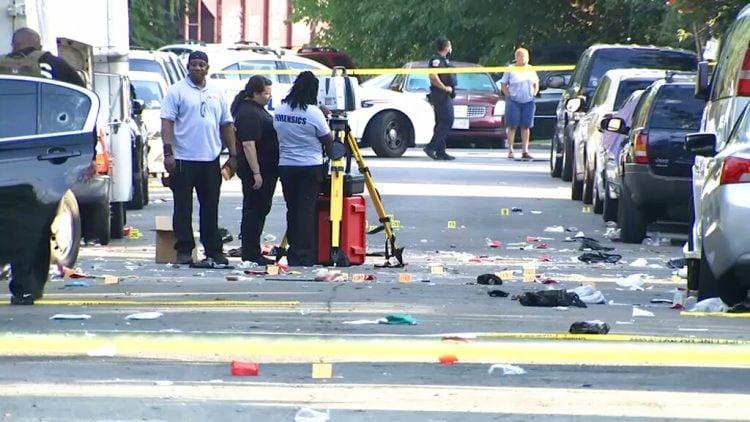 En esta fotografía tomada de un video proporcionado por NBC4 Washington, agentes policiales laboran en el sitio donde ocurrió un tiroteo el domingo 9 de agosto de 2020, en el sureste de Washington, D.C. Foto: NBC4 Washington, vía AP.