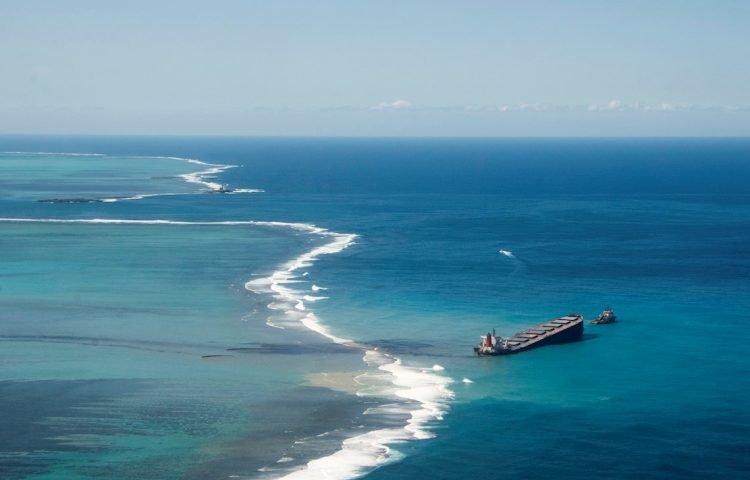 El MV Wakashio, buque japonés con bandera panameña, varado en aguas de Mauricio y responsable de un derrame de petróleo en el océano índico considerado el peor desastre ecológico de la isla africana. Foto: EFE.