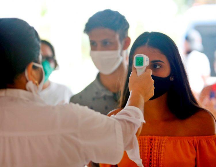 Una trabajadora de la salud toma la temperatura a los visitantes en el Hotel Meliá Sol Palmeras de Varadero (Cuba). Foto: Yander Zamora/EFE/Archivo.