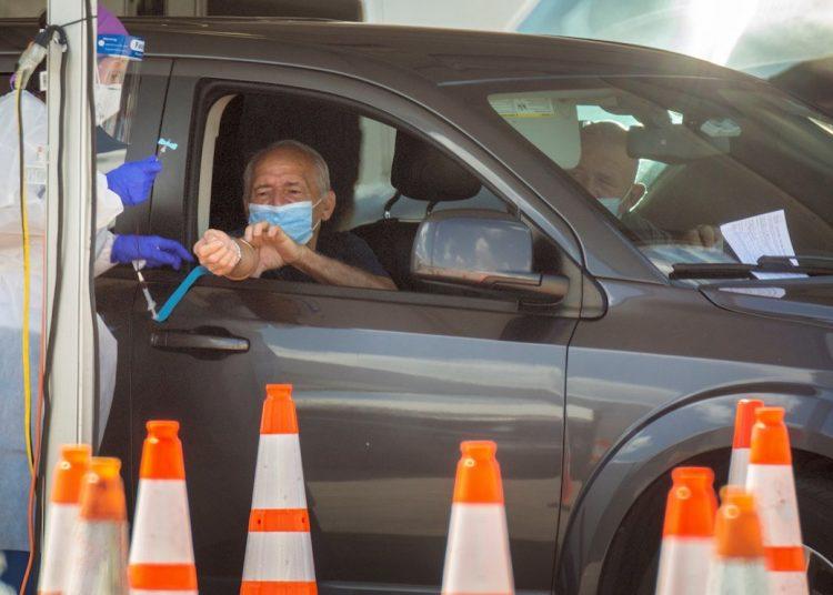 Miembros de la Guardia Nacional realizan pruebas de coronavirus en el estacionamiento del estadio Super Bowl, Miami, Florida. Foto: Cristóbal Herrera / EFE.
