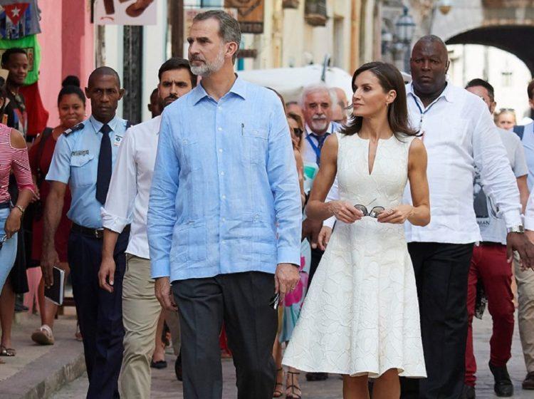 Los reyes pasean por el centro histórico de La Habana en noviembre de 2019. Foto: GETTY IMAGES, vía El País.