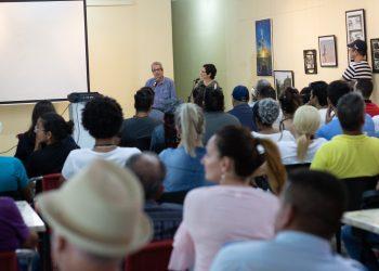 El cineasta Fernando Pérez conversa con los asistentes a una de las ediciones de la Muestra. Foto: twitter.com/AlmacenImagen.