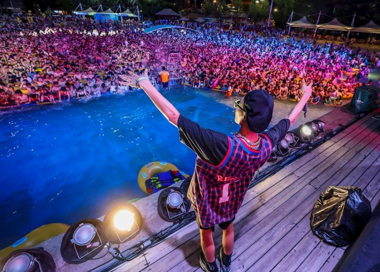 Una multitud participa en una fiesta de música electrónica en el parque acuático Maya Beach, en Wuhan, China, el pasado 15 de agosto. Foto: Str/EFE.