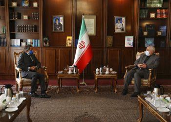 El director del Organismo Internacional de Energía Atómica Rafael Mariano Grossi (izq) ayer en Teherán junto al ministro de exteriores iraní  Javad Zarif. Foto:Vahid Salemi/AP.