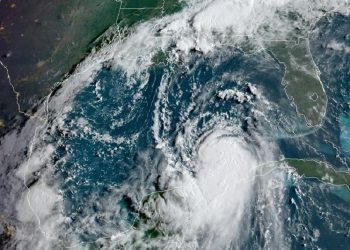 La tormenta tropical Laura se convirtió este martes en un huracán con vientos de categoría 1, tras su salida de Cuba y su entrada en el Golfo de México, en cuya costa central impactará el miércoles con vientos poderosos, informó el NHC. NOAA-NHC /EFE.