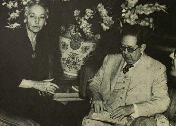 El escritor y periodista cubano Félix Lizaso junto a María Mantilla, durante la conmemoración en Cuba del centenario de José Martí. Foto: Recorte de prensa / Archivo.