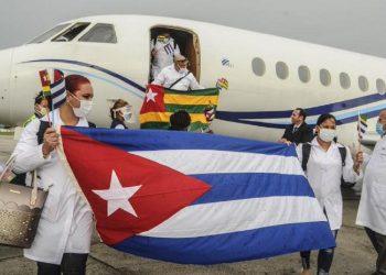 Médicos cubanos que combatieron la pandemia de coronavirus en Togo. Foto: CubaMINREX / Twitter.