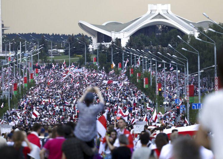 Miles de manifestantes se reúnen en Mins, capital de Bielorrusia, comenzando la cuarta semana de protestas diarias para exigir la renuncia del presidente Alexander Lukashenko. Foto: AP.