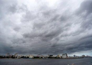 Nubes que avisan la llegada de la tormenta Laura a La Habana. La tormenta tropical Laura causó estragos en Cuba antes de entrar al Golfo de México, donde se prevé ganará potencia y llegará a convertirse en huracán, para llegar luego a la costa sur de EEUU Foto: Yander Zamora/EFE.