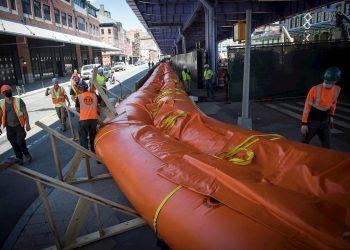 Ante la llegada de la tormenta Isaías, obreros ponen una barrera de arena como preparativos en una de las calles de Nueva York. Foto: Ed Reed/Alcaldía de Nueva York / EFE