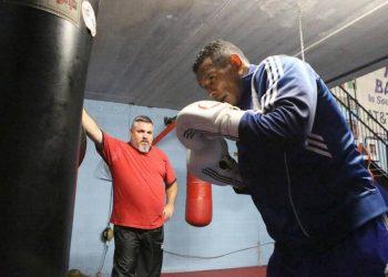 """Osmiris """"El Moro"""" Fernández observa el entrenamiento de uno de sus discípulos en Miami. Foto: Tomada de El Nuevo Herald."""