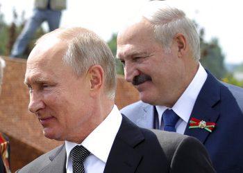 El presidente ruso Vladimir Putin, izquierda, y el bielorruso Alexander Lukashenko saludan a veteranos de la Segunda Guerra Mundial al develar un monumento en su honor en Khoroshevo, al noroeste de Moscú. Foto: Mikhail Klimentyev/ Sputnik, via AP/ Archivo.