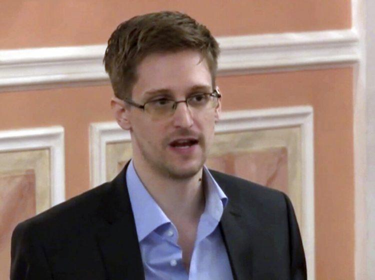 En esta foto del 11 de octubre de 2013, tomada de un video y distribuida por WikiLeaks, el exanalista de la Agencia de Seguridad Nacional Edward Snowden habla en Moscú. Foto: AP.