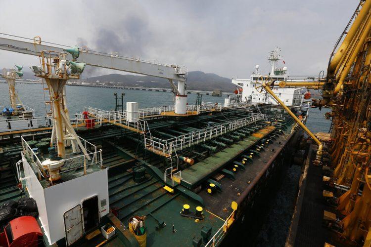 El barco petrolero iraní Fortuna permanece anclado en el muelle de la refinería El Palito cerca de Puerto Cabello, Venezuela. Foto: Ernesto Vargas/AP/archivo.