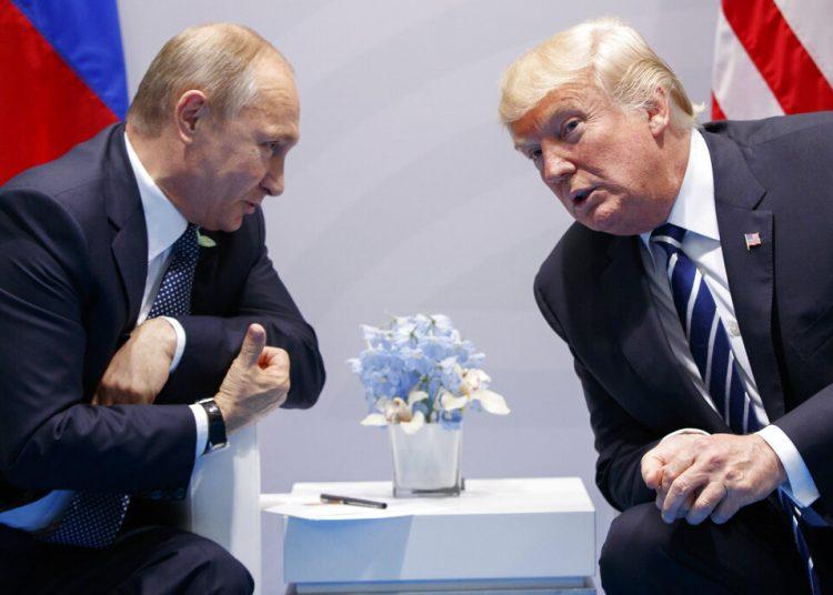 El presidente estadounidense Donald Trump y el presidente ruso Vladimir Putin en Hamburgo, Alemania, el 7 de julio del 2017. (AP Photo/Evan Vucci, File)