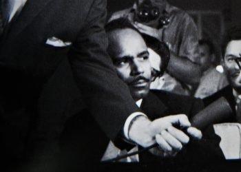 Walterio Carbonell viendo hablar a José Barbeito durante una entrevista colectiva a Jean-Paul Sartre en La Habana. 1960: Detalle de una foto de Korda.