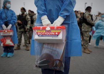 Personal sanitario y soldados del ejército peruano en una operación de triaje del coronavirus en Lima (Perú). Foto: EFE/Paolo Aguilar/Archivo.