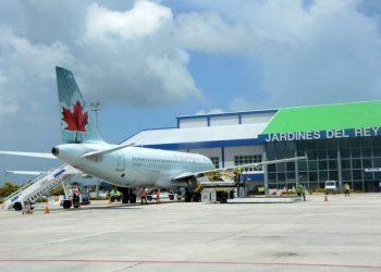 Llegada de turistas canadienses al aeropuerto de Cayo Coco, en el centro de Cuba. Foto: Agencia Cubana de Noticias.