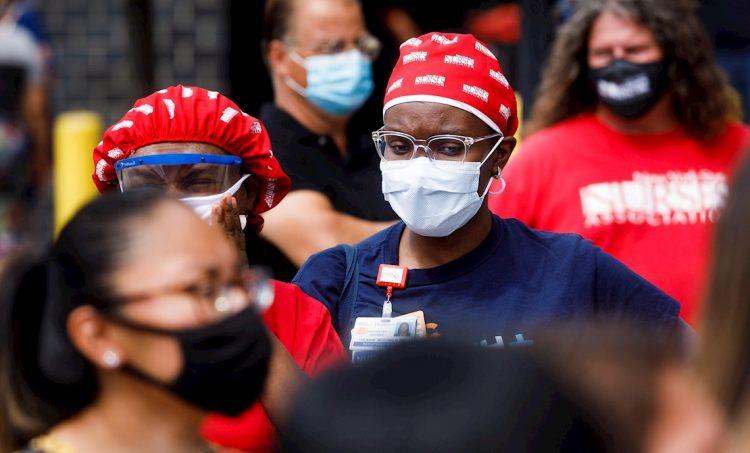 Personas usan mascarillas en los Estados Unidos durante la pandemia de coronavirus. Foto: Justin Lane / EFE.