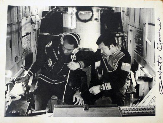 El cosmonauta cubano Arnaldo Tamayo Méndez (izq) en la estación orbital Saliut 6, en septiembre de 1980. Foto: Juventud Rebelde / Archivo.