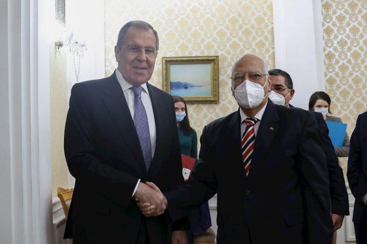 El caEl canciller ruso, Sergei Lavrov (i) saluda al viceprimer ministro cubano Ricardo Cabrisas (d), durante el encuentro sostenido en Moscú, Rusia, el 28 de septiembre de 2020. Foto: Ministerio de Relaciones Exteriores de la Federación Rusa / EFE.