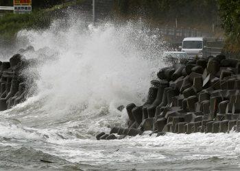 Fuertes olas castigan la costa de la ciudad de Kagoshima, al suroeste de Japón, el domingo 6 de septiembre de 2020.  (Takuto Kaneko/Kyodo News via AP)
