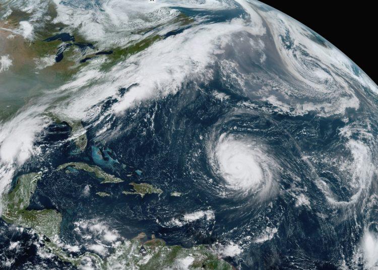 En esta imagen del satélite GOES-16, tomada el viernes 18 de septiembre de 2020, se ve al huracán Teddy en el centro del Atlántico; a la depresión tropical 22 a su izquierda en el Golfo de México; a los remanentes de Paulette, arriba a la derecha, y a la tormenta tropical Wilfred, abajo a la derecha. Imagen: NOAA, vía AP.