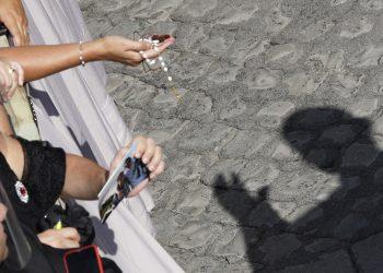El papa Francisco, cuya sombra es proyectada en el suelo mientras bendice a los fieles en el patio de San Damaso, durante su audiencia general semanal en el Vaticano, el miércoles 16 de septiembre de 2020. Foto: Gregorio Borgia/AP.