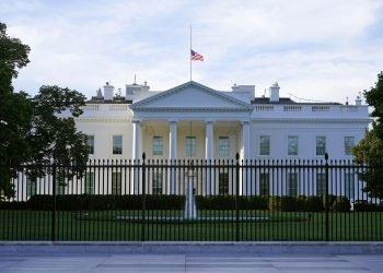Una bandera estadounidense ondea a media asta en la Casa Blanca, en Washington, el sábado 19 de septiembre de 2020. Foto: Patrick Semansky / AP.